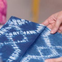 Shibori: Stoff mit weißem Muster