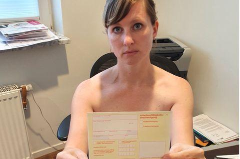 Corona aktuell: Eine unbekleidete Hausärztin mit einem Krankenschein in den Händen