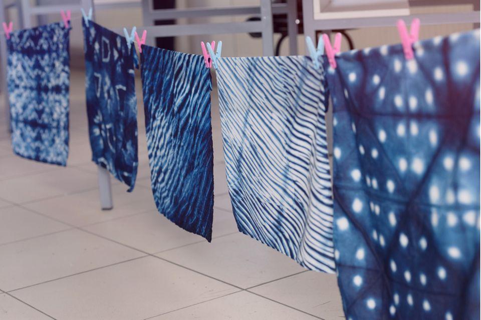 Shibori: Tücher mit Mustern aufgehängt