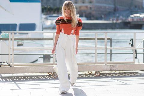Weiße Hosen: Frau mit weißer Paperbag-Hose