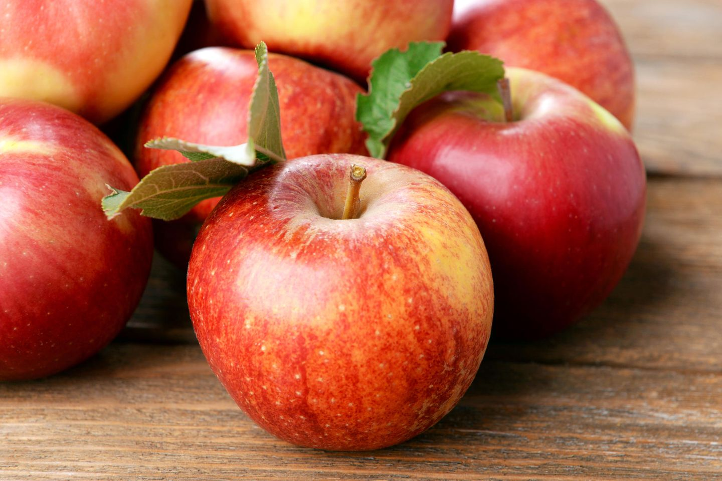 An apple a day keeps the doctor away: Rote Äpfel auf Tisch