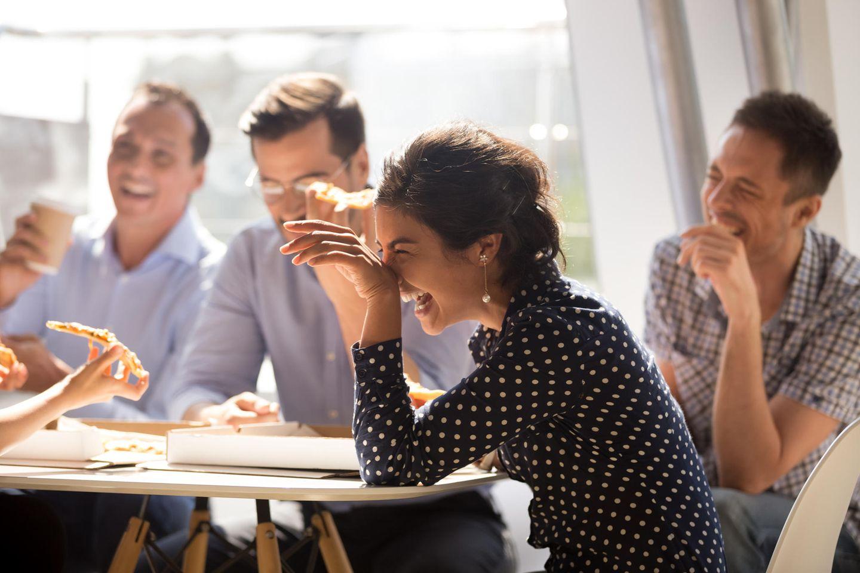 Running Gag: Leute lachen laut am Tisch