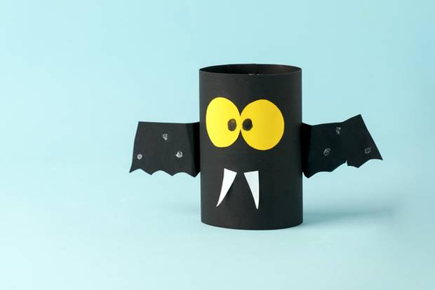 Basteln mit Klorollen: Fledermaus aus Klopapierrolle
