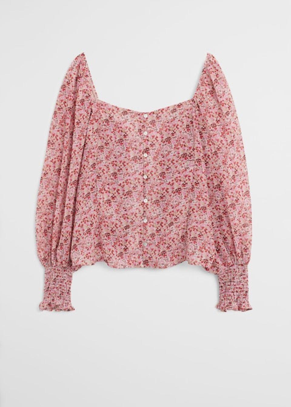 Fleißende Bluse mit Mille-Fleurs-Print, Knopfleiste und Off-Shoulder-Ausschnitt. Von Violeta by Mango, um 50 Euro.