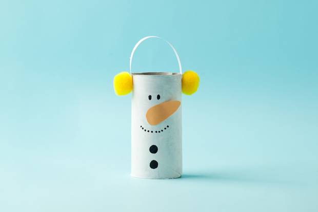 Basteln mit Klorollen: Schneemann aus Klorolle gebastelt