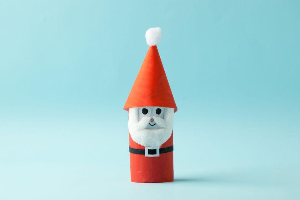 Basteln mit Klorollen: Weihnachtsmann aus Klorolle