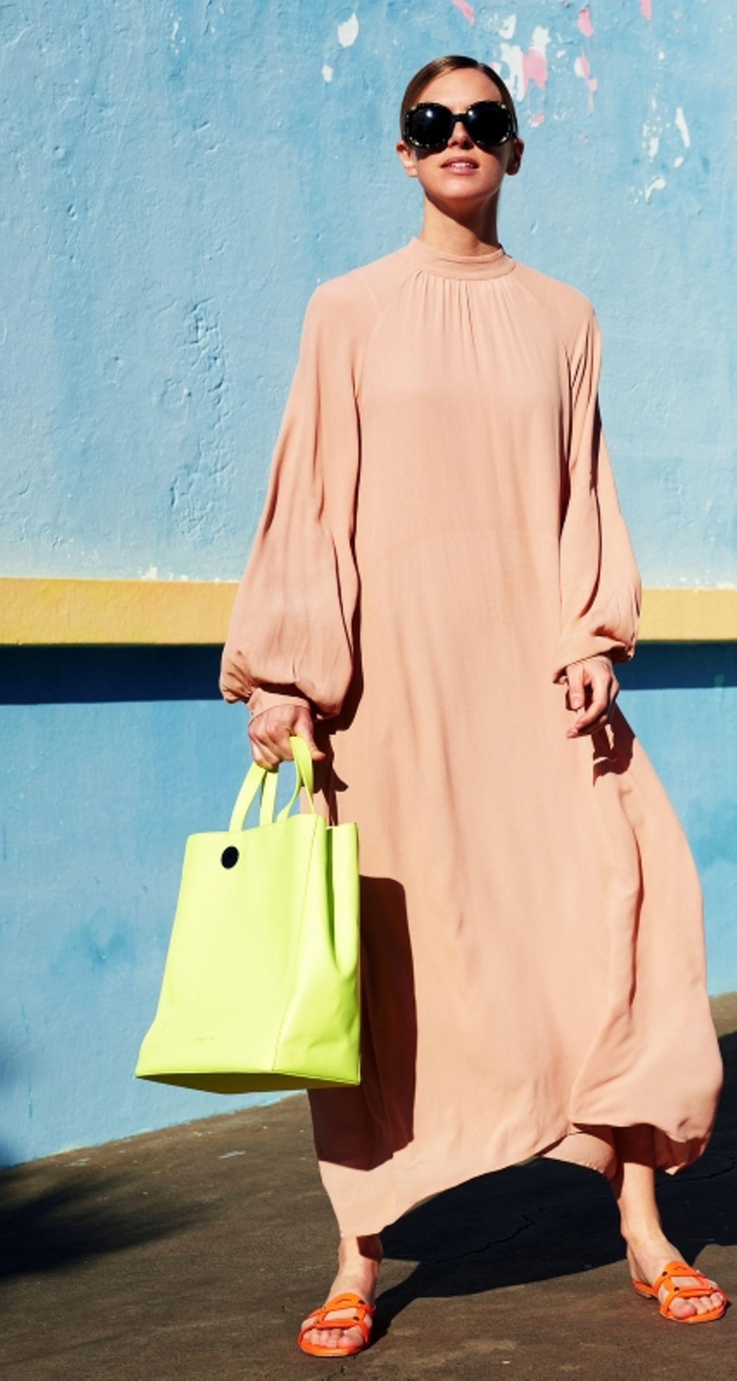 Pastelltöne: Maxikleid mit gelber Tasche