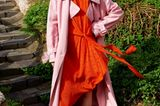 Pastelltöne: Rosa Trenchcoat über rotem Seidenkleid