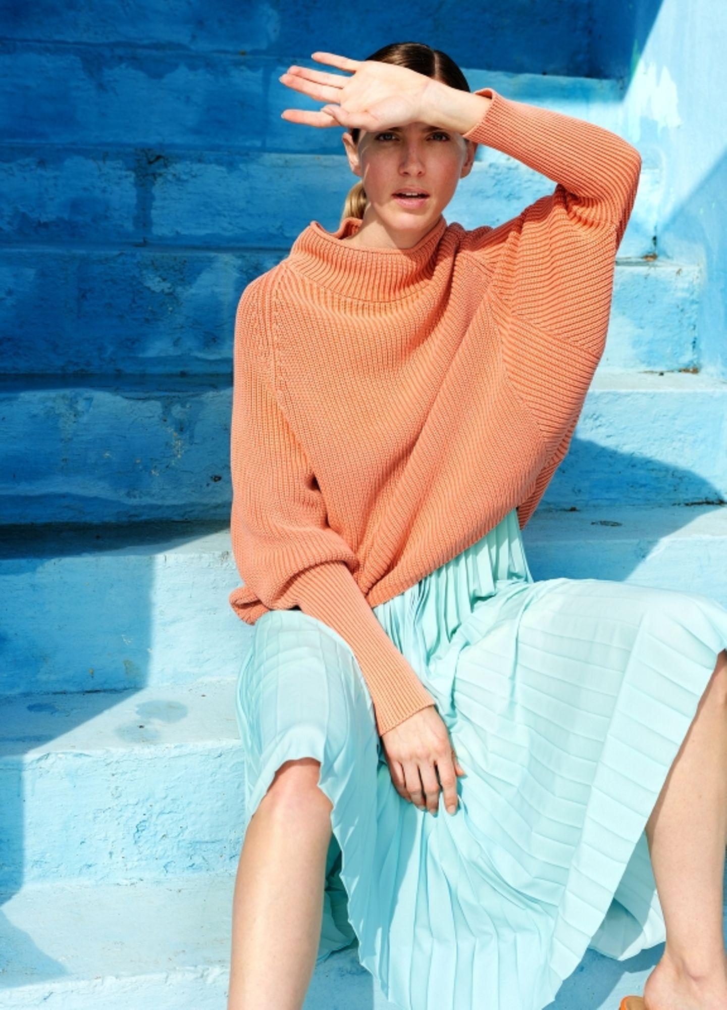 Pastelltöne: Strickpullover über blauem Kleid