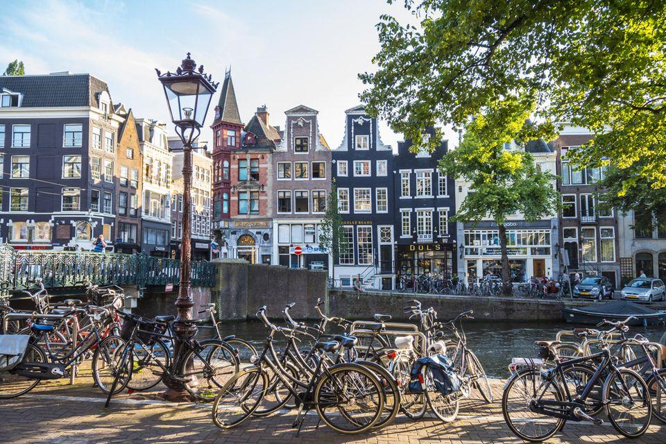 Amsterdam Sehenswürdigkeiten: Kanal mit Fahrrädern