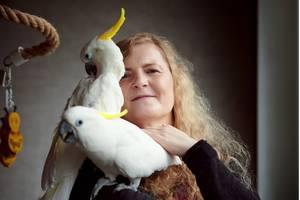 Kindersatz: Beatrice mit Kakadu auf dem Arm