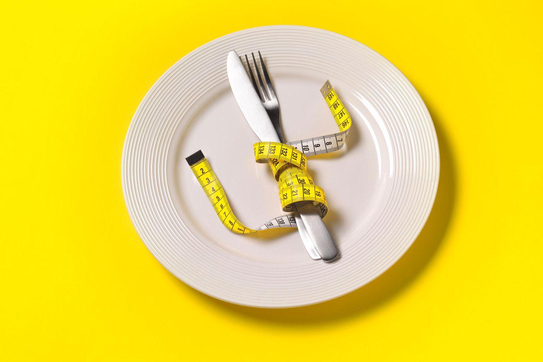 Teller mit Maßband und Besteck