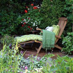 Pflanzen für den Schatten: Garten im Schatten mit Liegestuhl