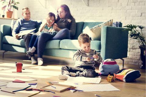 Rollenbilder in Corona-Zeit: Familie im Wohnzimmer
