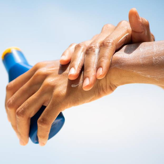 Sonnenschutzmittel: Hände halten Sonnencreme