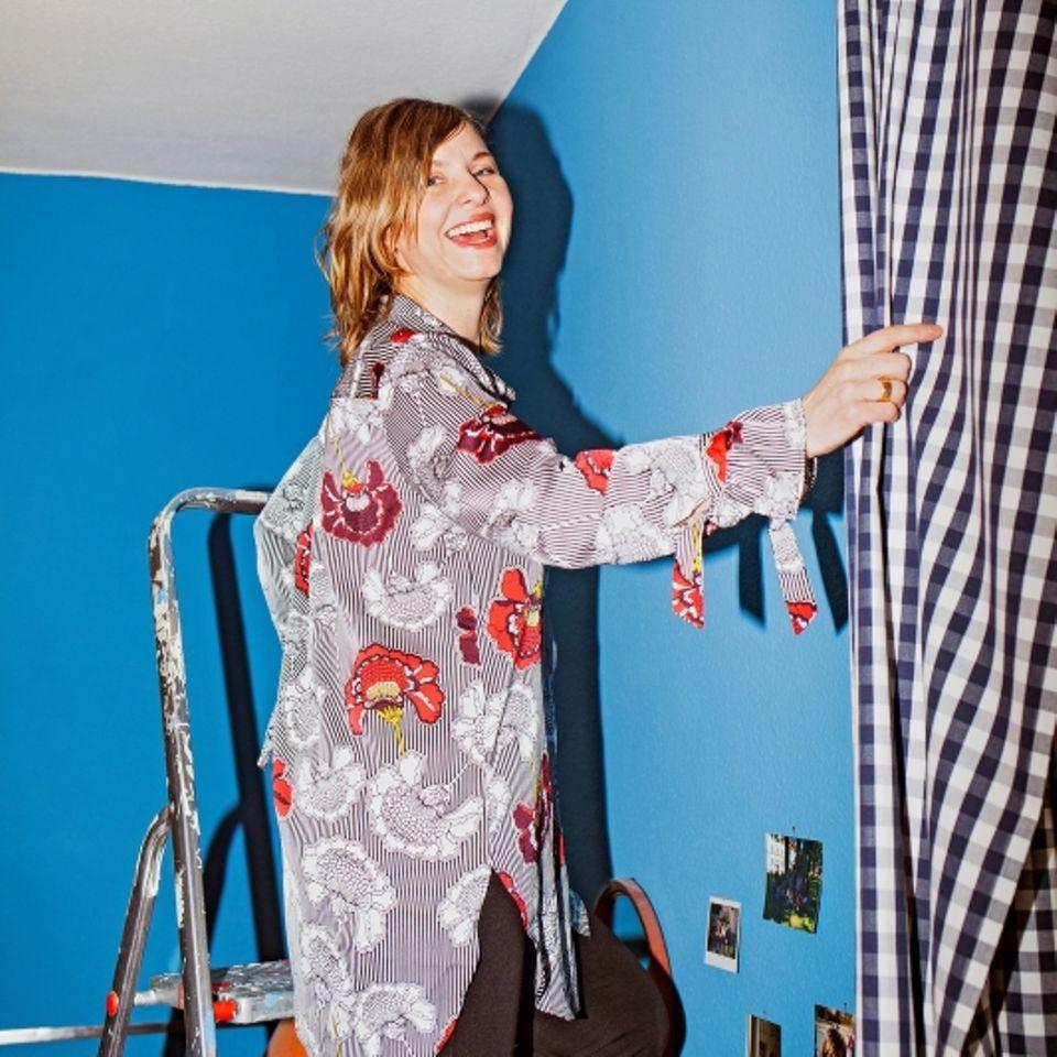 Möbel reparieren: Frau auf Leiter