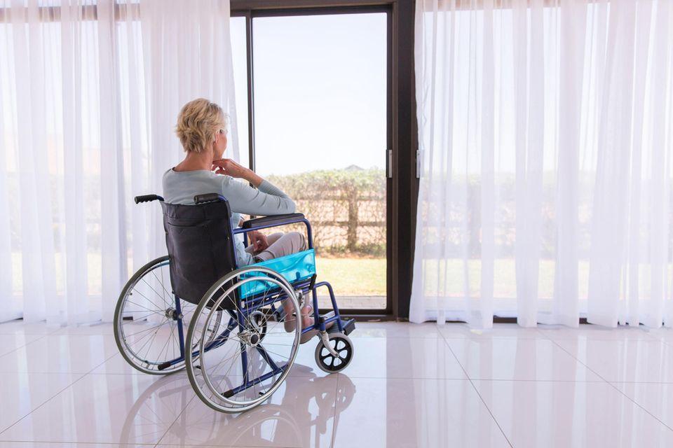 Demente Mutter: Frau im Rollstuhl