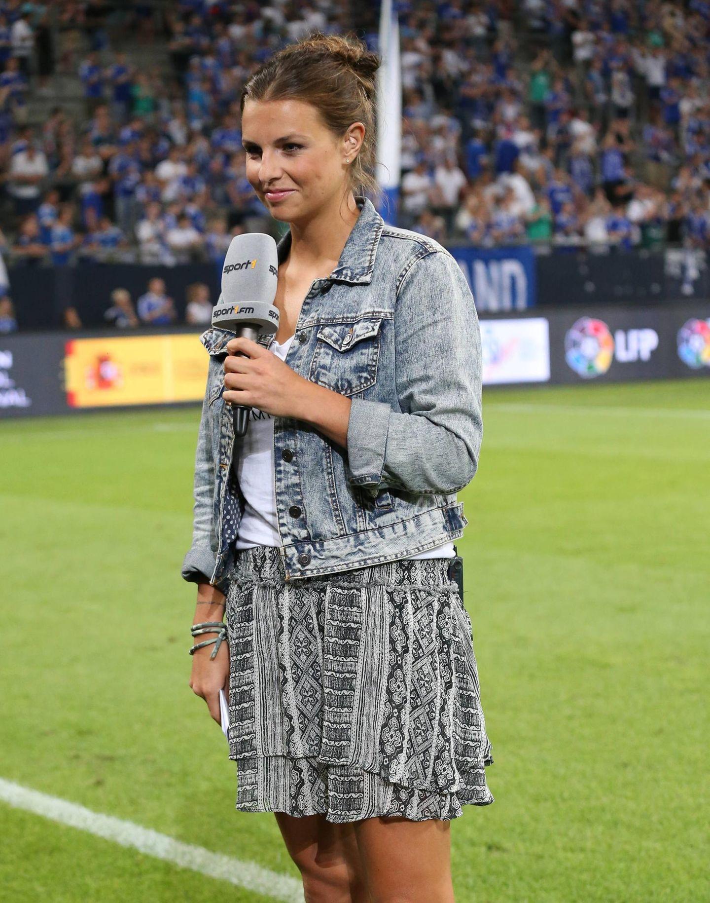 Laura Wontorra: im Stadion mit Jeansjacke