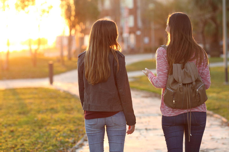 Corona aktuell: Zwei Frauen unterhalten sich
