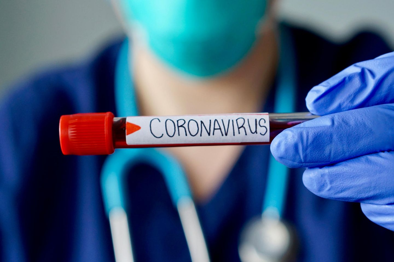 Corona aktuell: Forscher mit Blutprobe