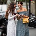 Günstige Onlineshops: Zwei Frauen auf der Fashionweek am Handy