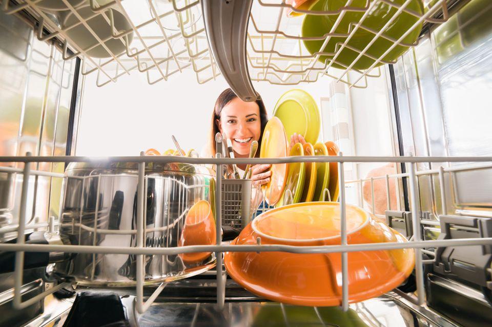 Geschirrspüler: DIESEN Handgriff solltet ihr unbedingt vor jedem Spülen erledigen