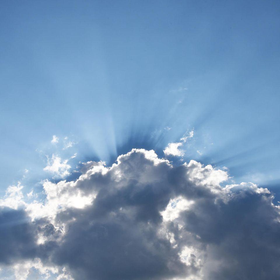 Fehlgeburten: Wolken, Sonnenstrahlen und blauer Himmer