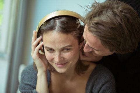 Menschliches Gehör: Frau mit Kopfhörern