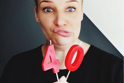 Älter werden? Frau mit Geburtstagskerzen