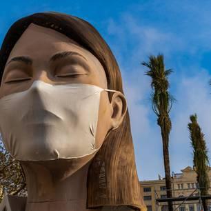 Corona aktuell: Figur mit Mundschutz in Valencia