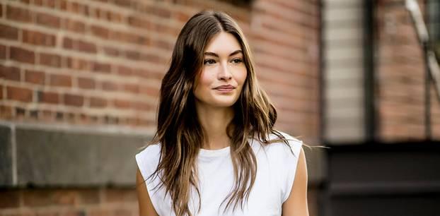 Padded Shoulder Shirt: Frau auf der New York Fashion Week