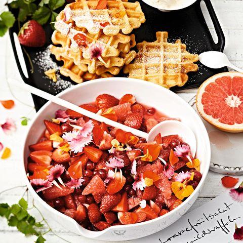 Erdbeer-Grapefruitsalat und Dickmilchwaffeln