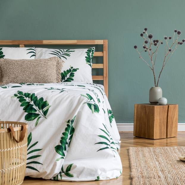 Feng Shui im Schlafzimmer: Bett vor einer grünen Wand