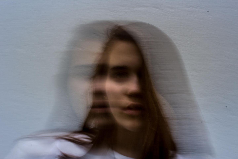 Hypnosetherapie: verschowmmenes Frauengesicht