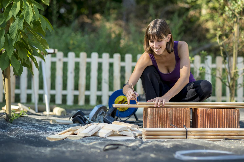 Corona-Projekte: Frau arbeitet im Garten