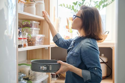 Seltener Einkaufen gehen: Frau mit Backform in der Hand