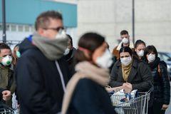 Stoff, Einweg oder FFP3 – Mit welcher Maske kann man am besten atmen? Menschen mit Gesichtsmasken