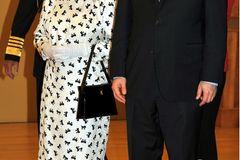 Queen Elizabeth II.: im Schleifenkleid
