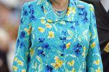 Queen Elizabeth II.: im hellblauen Musterkleid