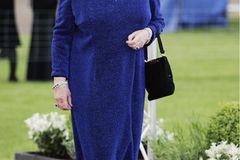Queen Elizabeth II.: im nachtblauen Kleiud
