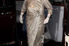 Queen Elizabeth II.: im Metallic Look