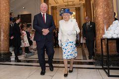 Queen Elizabeth II.: im geblümten Rock