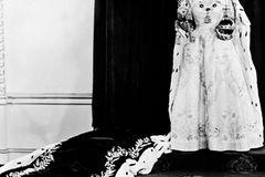 Queen Elizabeth II.: mit Zepter und Krone