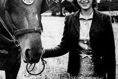 Queen Elizabeth II.: mit Pferd