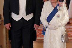 Queen Elizabeth II.: in funkelnder Robe