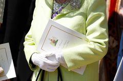 Queen Elizabeth II.: im limonengelben Mantel