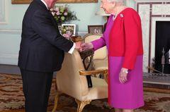 Queen Elizabeth II.: im rot-pinken Kleid