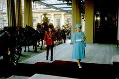 Queen Elizabeth II.: im blauen Kleid