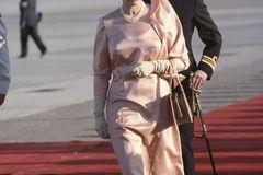 Queen Elizabeth II.: im rosa Kleid