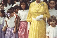 Queen Elizabeth II.: im gelben Kleid